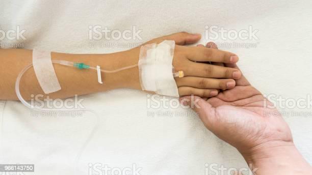 Woman Patients On The Bed Have Injection Saline — стоковые фотографии и другие картинки Болезнь