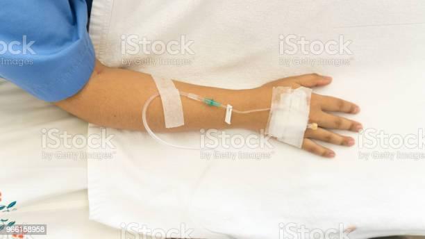 Kvinna Patienter På Sängen Har Injektion Saltlösning-foton och fler bilder på Arm