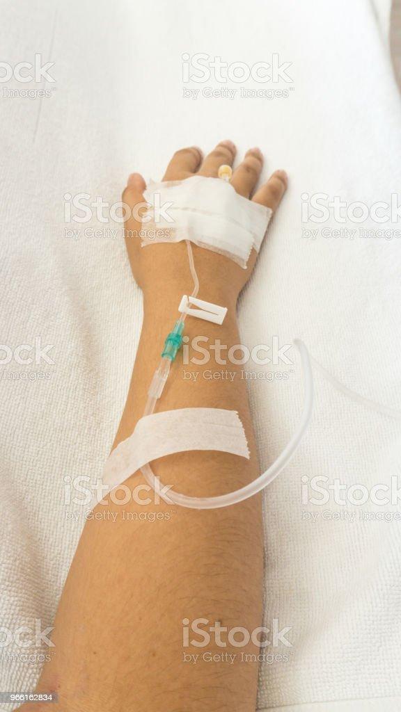 Pacientes de la mujer en la cama tienen solución salina inyectable - Foto de stock de Asistencia sanitaria y medicina libre de derechos