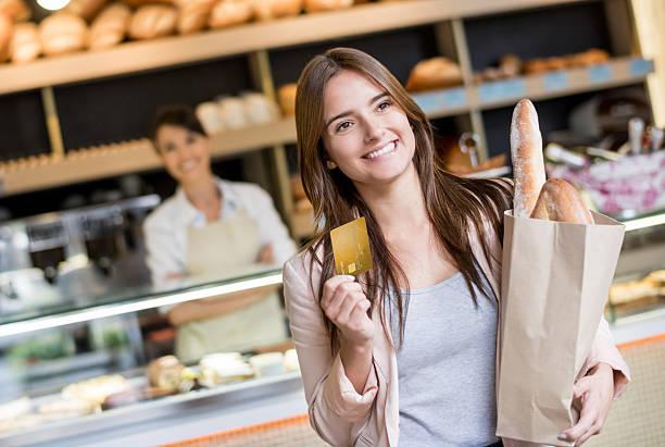 mulher pagando pelo cartão na padaria - paying with card contactless imagens e fotografias de stock