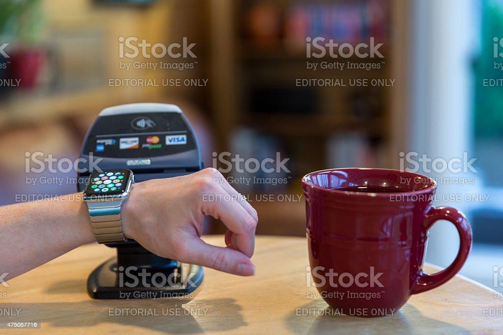 Mulher pagando com maçã Assista e leitores eletrônicos  - foto de acervo