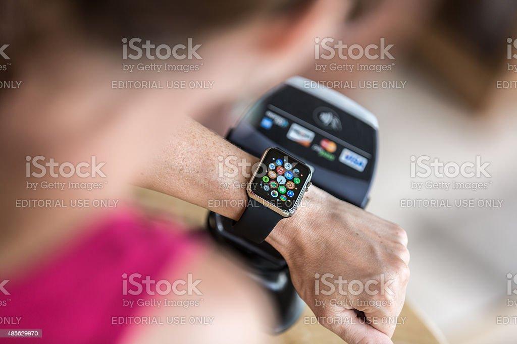 Mujer de pagar con Apple ver y lector electrónico - foto de stock