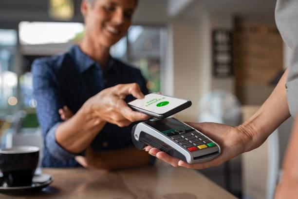 Femme payant utilisant la technologie de NFC - Photo