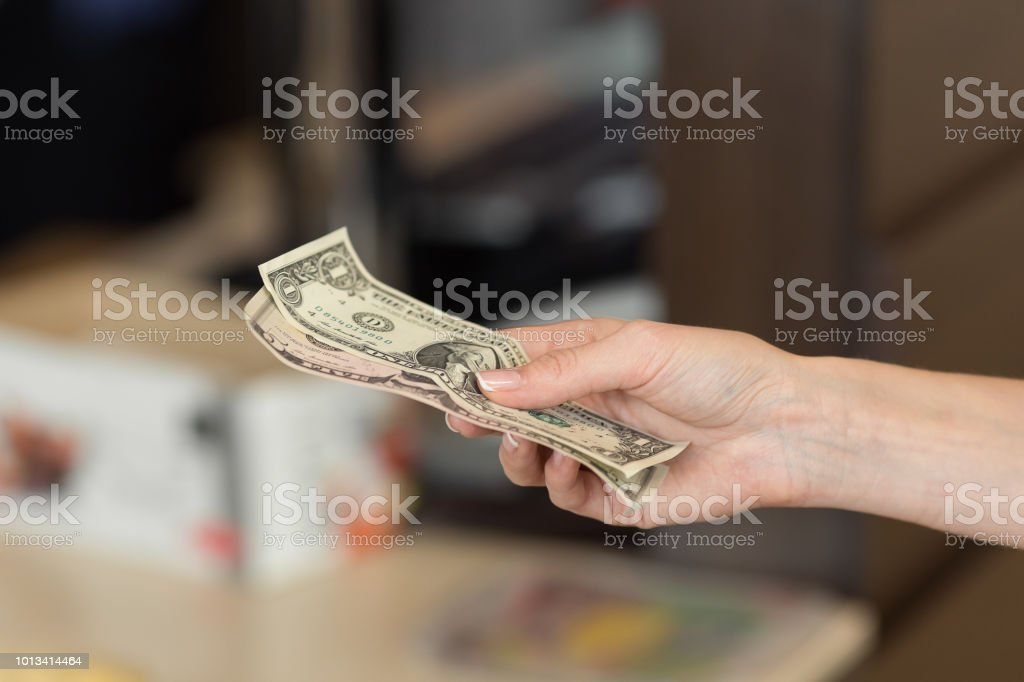 Frau zahlt Bar für das Frühstück im Café. – Foto