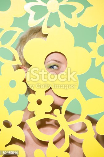 Woman Peeking Through Cutout Stock-Fotografie und mehr Bilder von Attraktive Frau