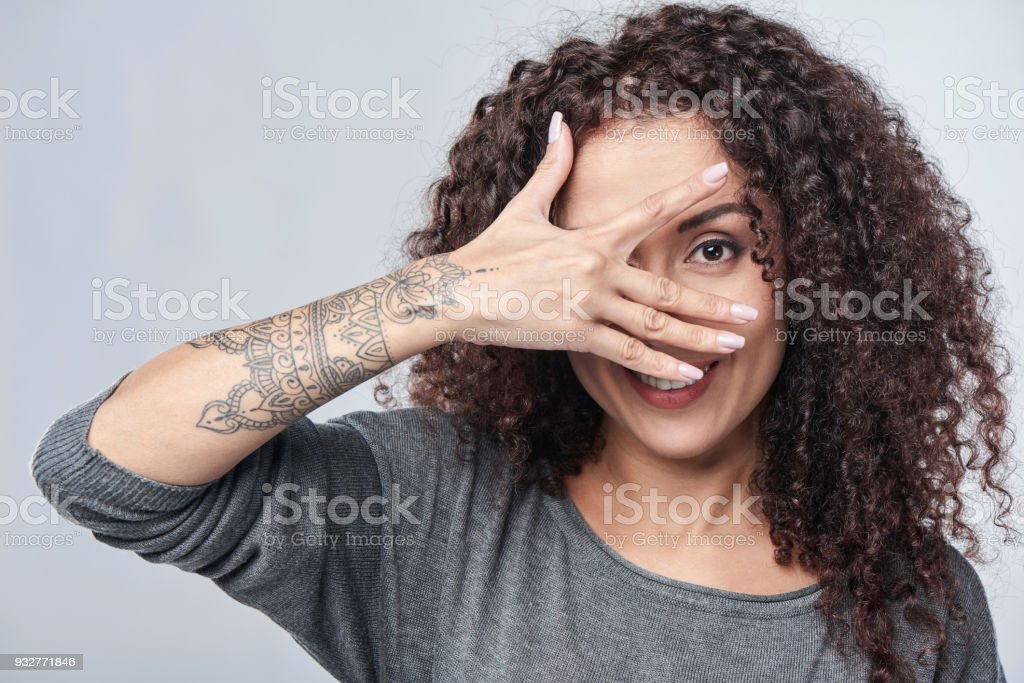 Frau spähen durch Finger – Foto