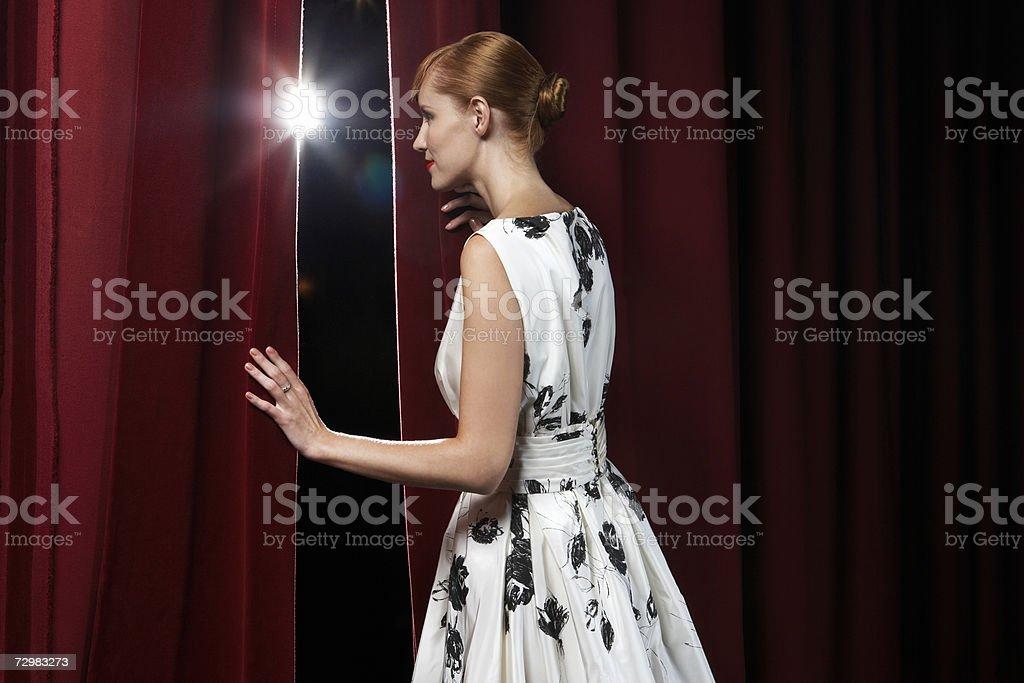 Frau Spähen durch Theater Vorhänge – Foto