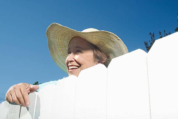 clôture femme donnant sur le jardin - indiscret photos et images de collection