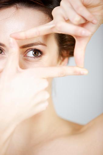 Mujer Levante Pesar De Sus Dedos Foto de stock y más banco de imágenes de Adulto