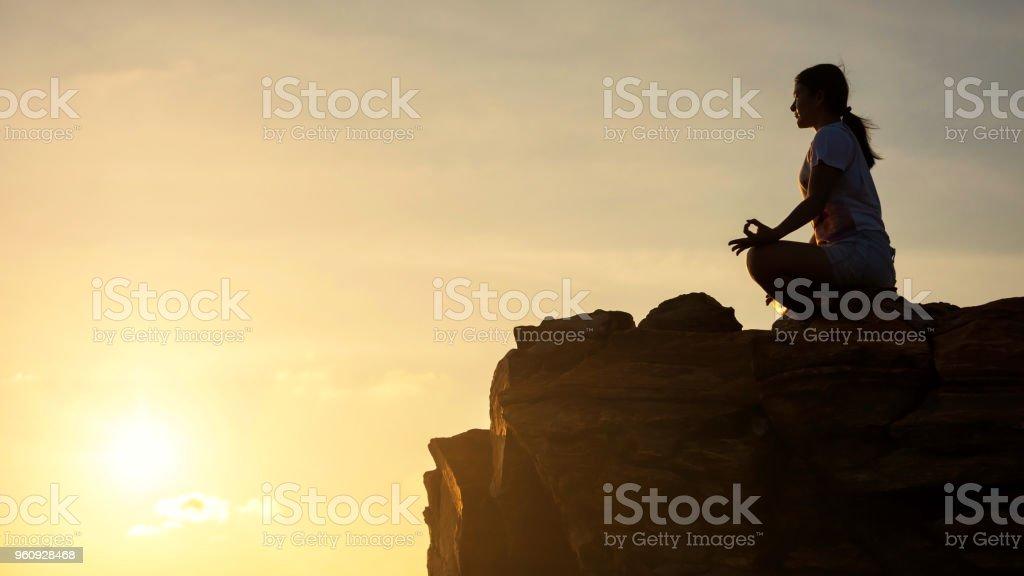 Frau durchführen Lotus Yoga-Pose am Felsen – Foto