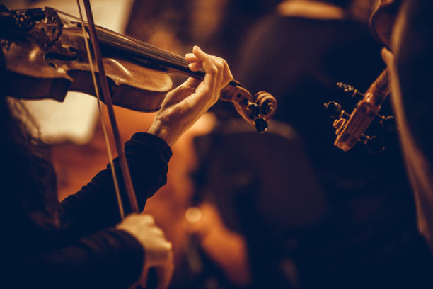 kobieta występująca na skrzypcach - instrument muzyczny zdjęcia i obrazy z banku zdjęć