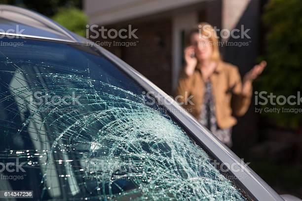 Woman Phoning For Help After Car Windshield Has Broken Foto de stock y más banco de imágenes de Accidente de automóvil