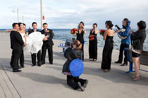 frau fotograf auf der arbeit - wedding photography and videography stock-fotos und bilder