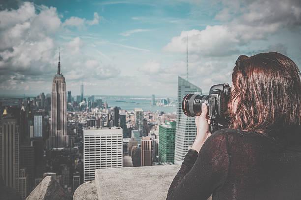 kobieta fotograf biorąc obraz na empire state building - central park manhattan zdjęcia i obrazy z banku zdjęć