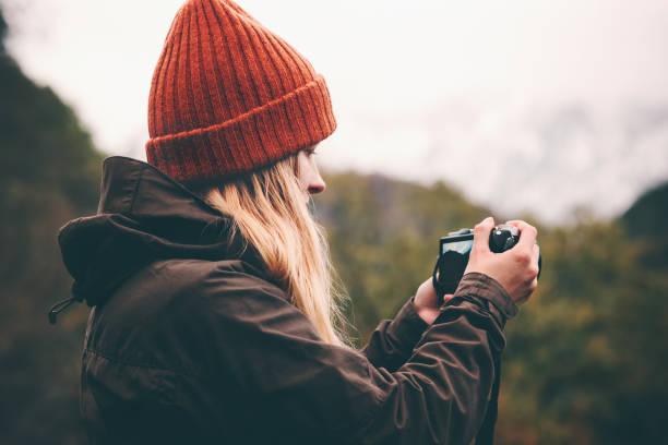 Frau-Fotograf mit Foto Kamera schießen Berge Landschaft Reisen Lifestyle Konzept Abenteuer Urlaub im freien – Foto