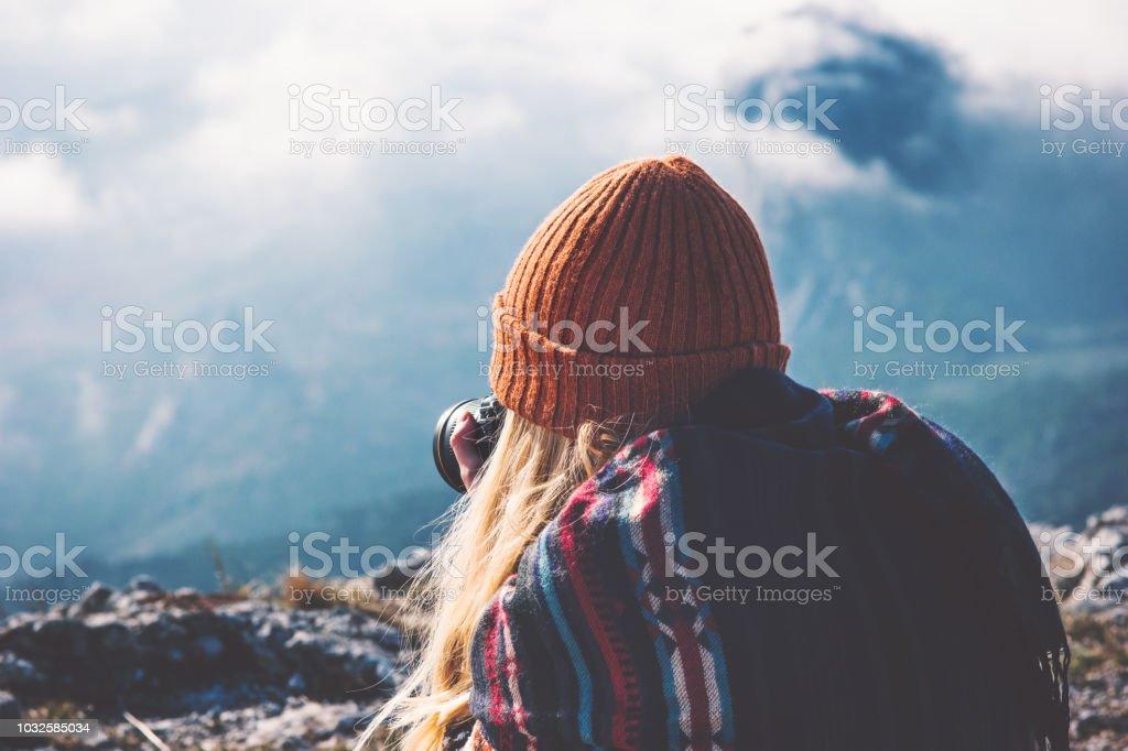 Frau-Fotograf mit Fotokamera, die Aufnahme von nebligen Berge Landschaft Reisen Lifestyle Konzept Abenteuer Urlaub im freien – Foto