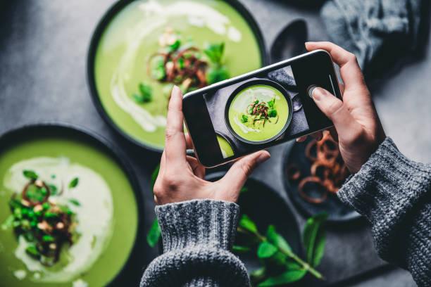 frau fotografiert frische grüne suppe - alvarez stock-fotos und bilder