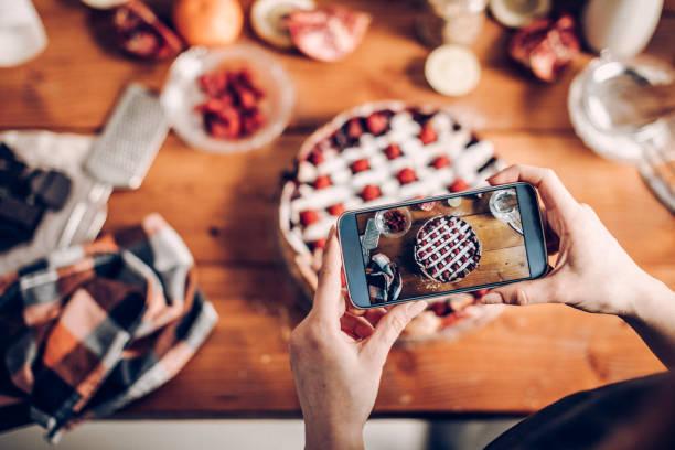 frau fotografiert ihren kuchen - fotohandy stock-fotos und bilder