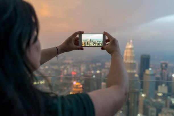 Frau fotografieren Panoramablick über Kuala Lumpur – Foto