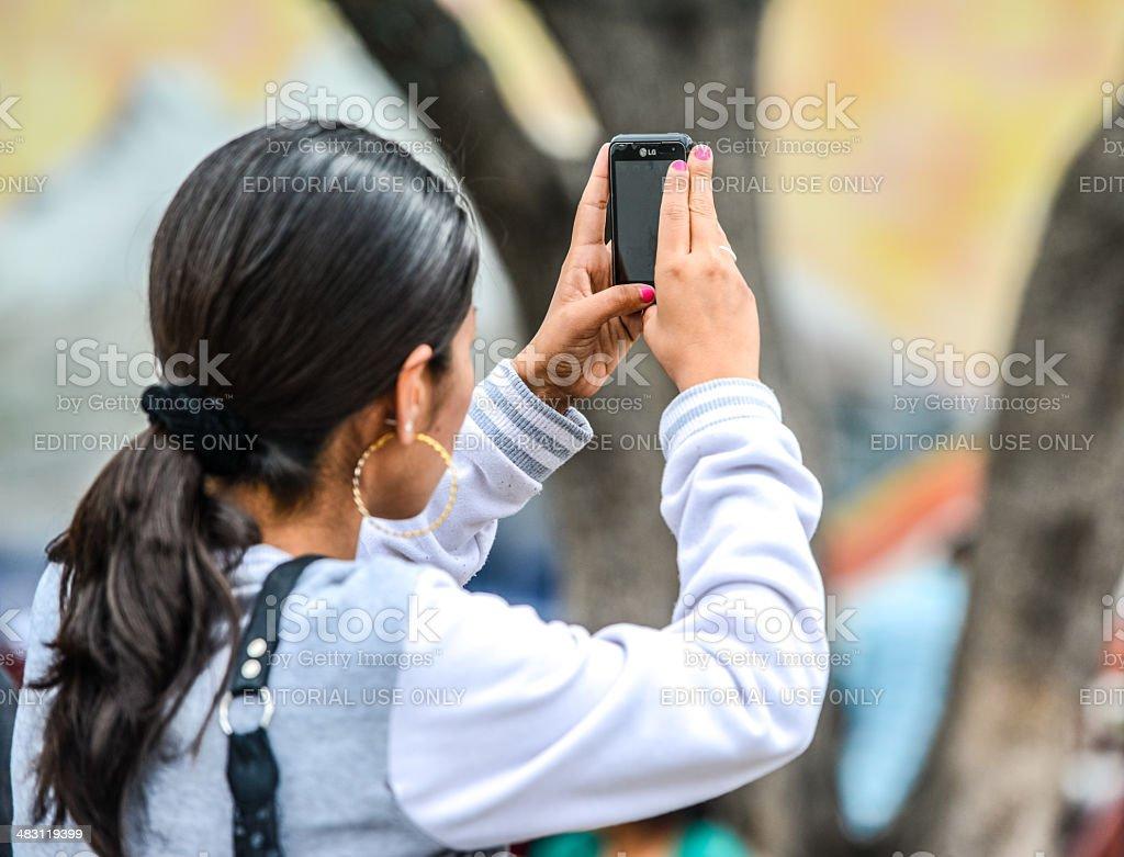 Donna Fotografare Con Il Cellulare Lg Fotografie Stock E Altre