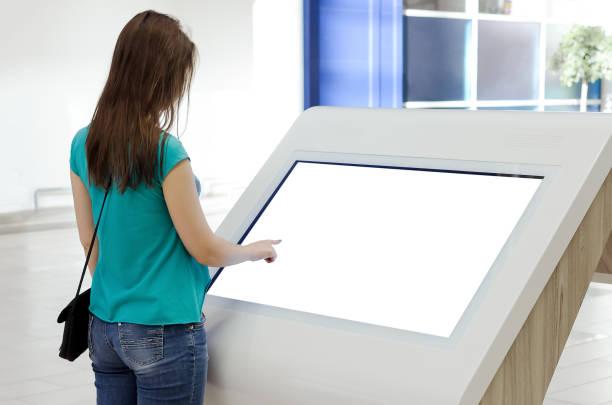 femme. - écran tactile photos et images de collection