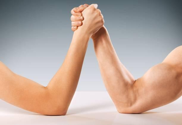 frau. - armdrücken stock-fotos und bilder