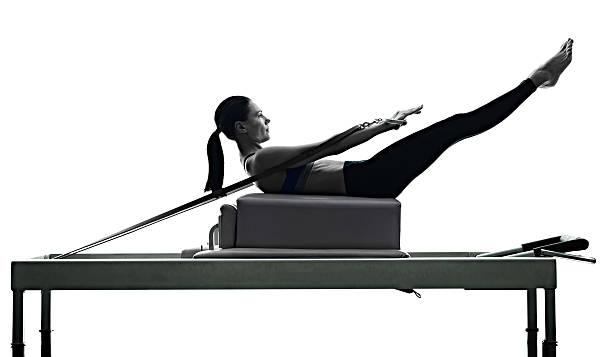 pilates ćwiczenia fitness kobieta reaktor do reformowania nadmorska - pilates zdjęcia i obrazy z banku zdjęć