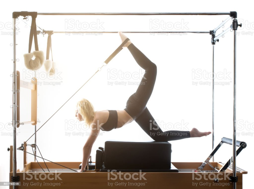Frau Pilates Reformer Übungen Fitness isoliert – Foto
