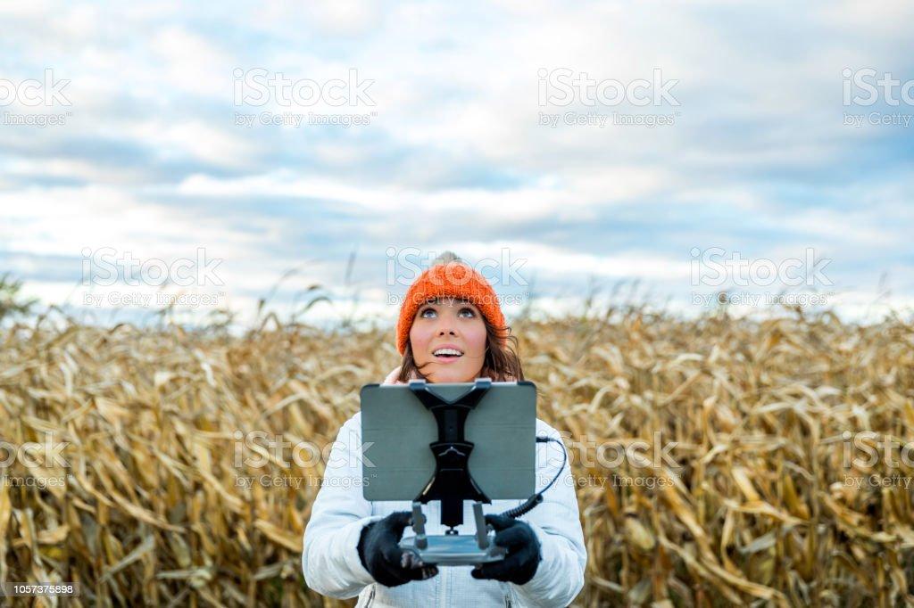 Frau Pilot mit Drone Fernbedienung mit einem Tablet-Mount – Foto