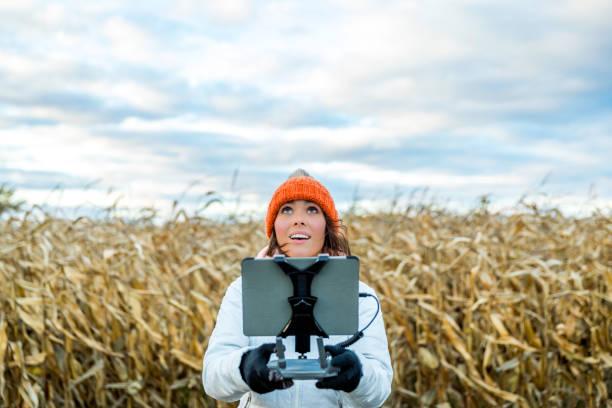 vrouw pilot drone afstandsbediening met een tablet-mount - vanuit een drone gezien stockfoto's en -beelden