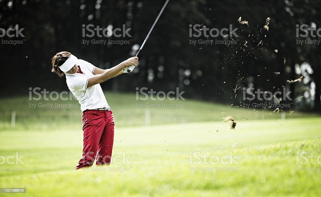Femme monter sur le terrain de golf. - Photo