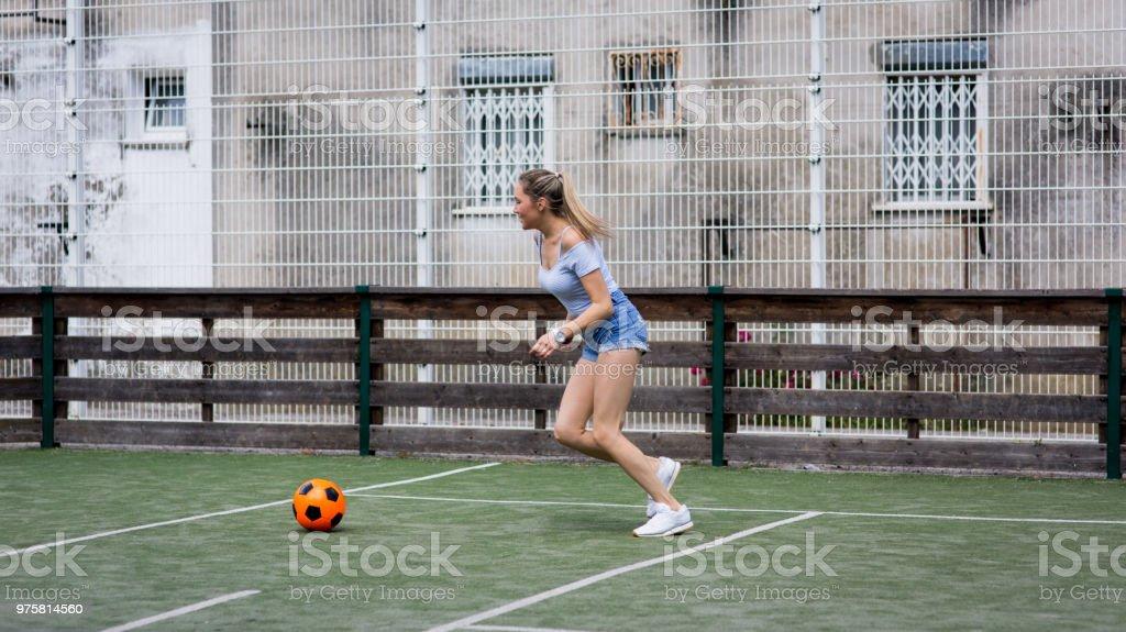 Frau mit Fußball spielen - Lizenzfrei 25-29 Jahre Stock-Foto