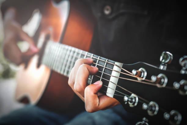 Frau spielt Akustikgitarre – Foto