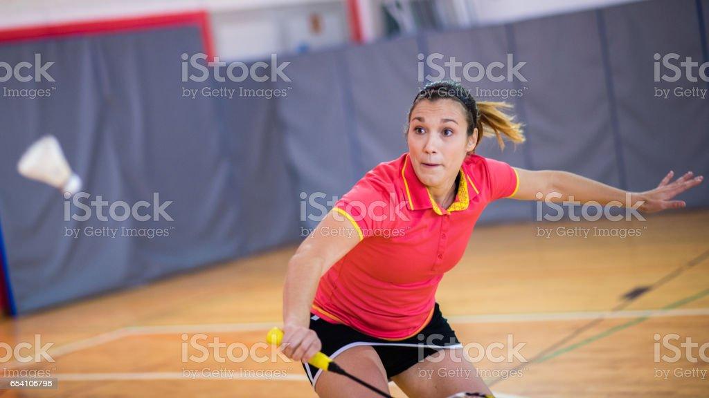 Mujer jugando bádminton - foto de stock