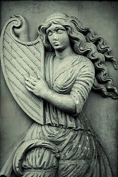 frau spielt harfe - hochmittelalter stock-fotos und bilder