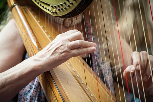 Frau Spielt Harfe Stockfoto und mehr Bilder von Akkord