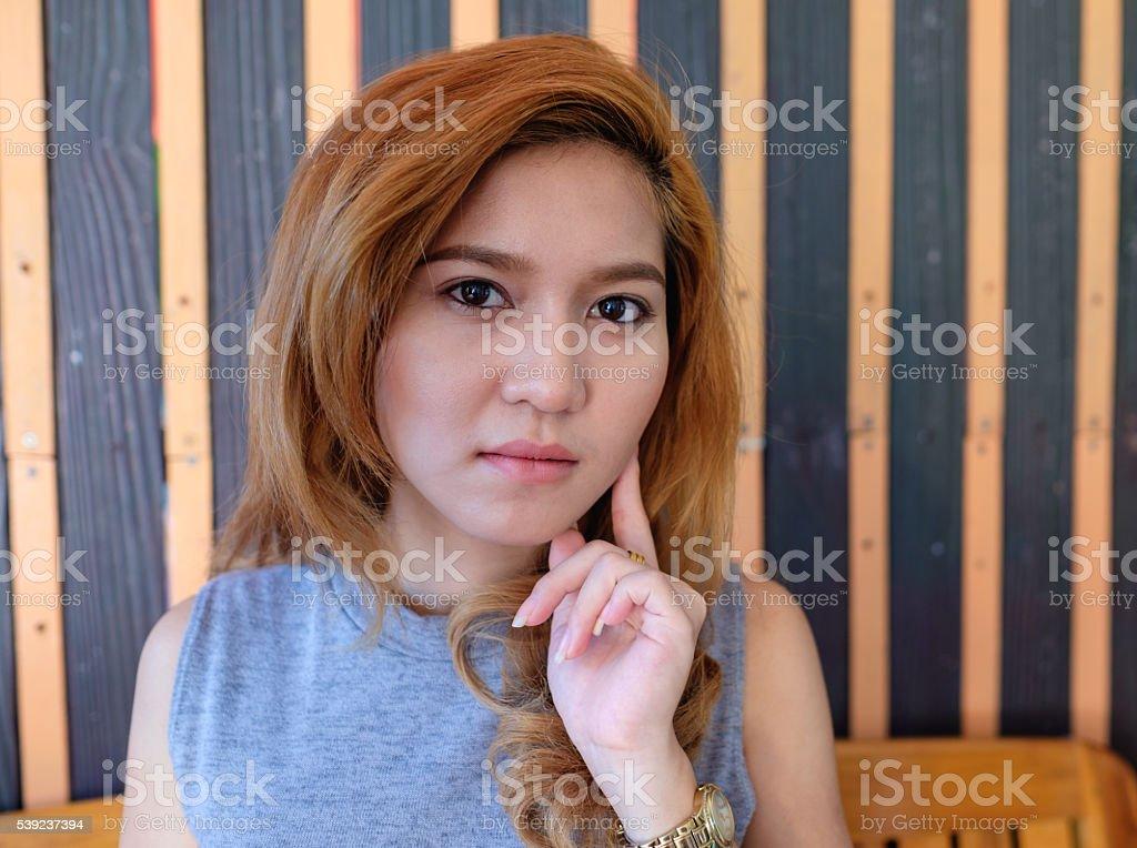 Mano de mujer tocando móvil sentarse foto de stock libre de derechos
