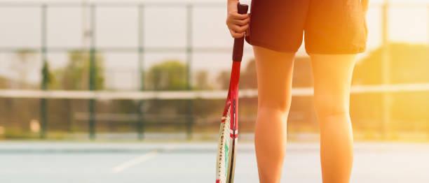 Frau, die Tennis spielen und warten auf den Service. – Foto