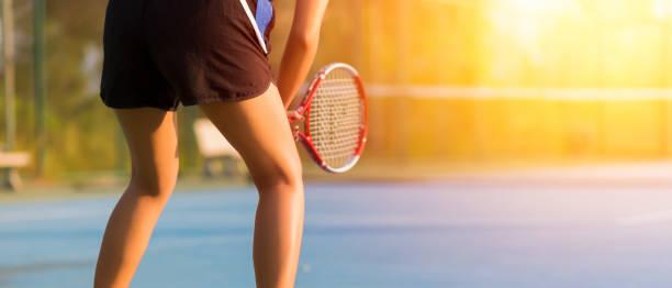Frau, tennis spielen und warten auf den service – Foto