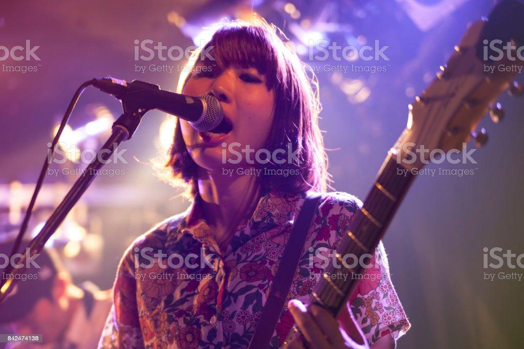 Mulher tocando guitarra - foto de acervo