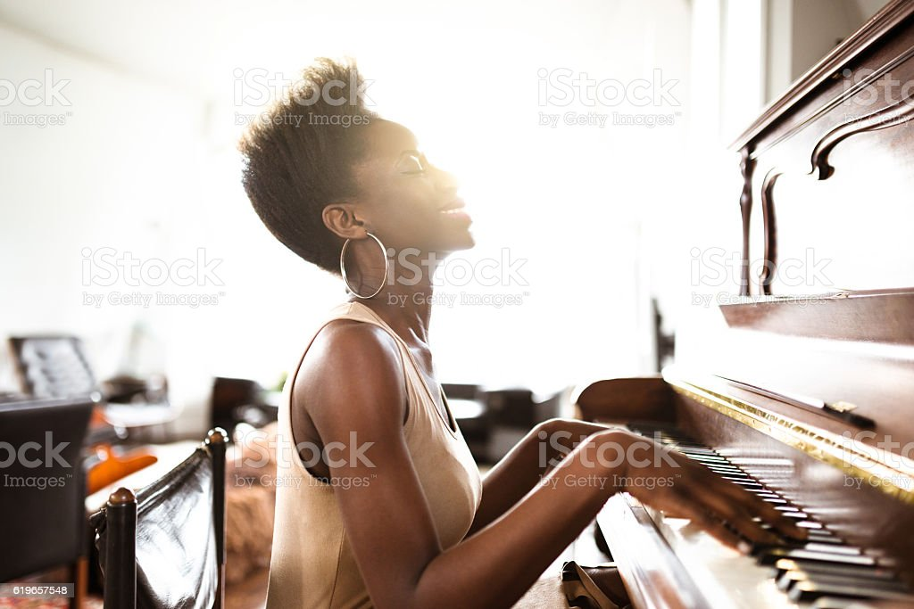 Mulher tocando piano - foto de acervo