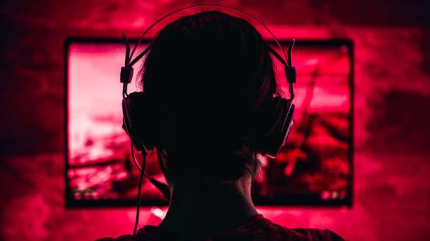 donna che gioca ai videogiochi - assuefazione foto e immagini stock