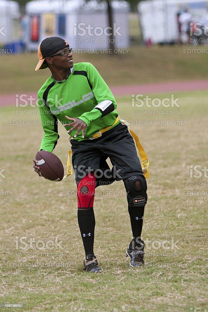 Mulher toca na bandeira da equipe de futebol americano-Quarterback - foto de acervo