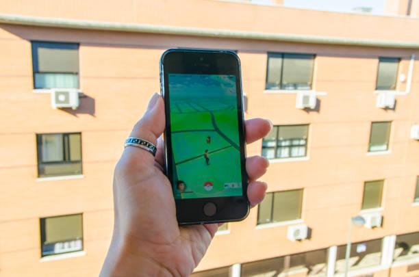 frau spielt mit pokemon gehen - kostenlose onlinespiele stock-fotos und bilder