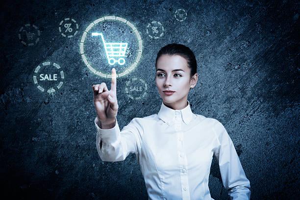 Frau zeigt auf Glühend Einkaufswagen-Symbol – Foto