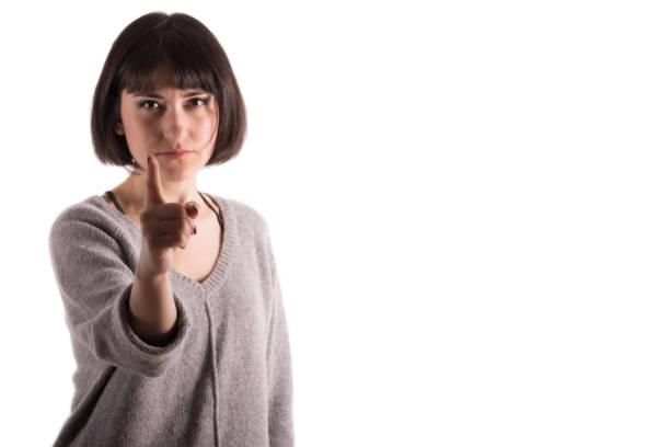Frau zeigt ihren Finger in eine einschüchternde Haltung – Foto