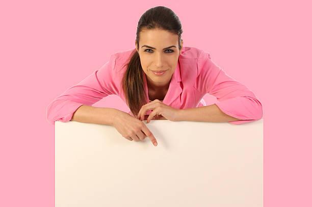 Frau zeigt in Brustkrebs awerness Farben. – Foto