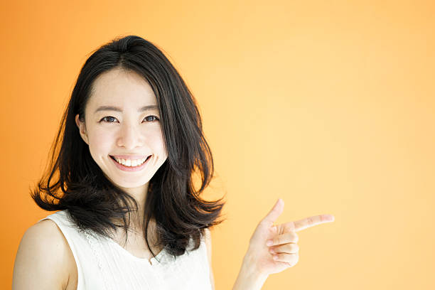 指を指す女性 - 指差す ストックフォトと画像
