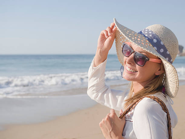 Donna di ritratto in spiaggia - foto stock