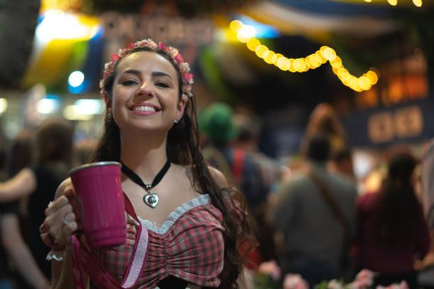 porträt der frau auf dem oktoberfest - bier kostüm stock-fotos und bilder